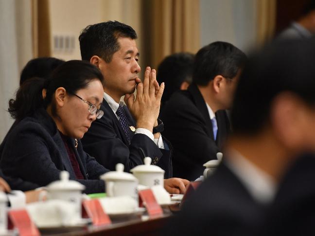 10月18日下午,十九大江苏代表团举行全体会议,学习讨论,深刻领会十九大报告精神。 新华报业全媒体记者  肖勇摄