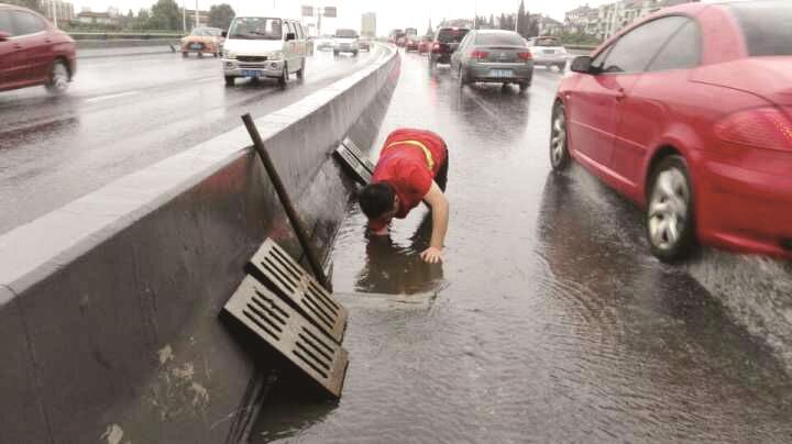 李有林汛期徒手清理雨水井