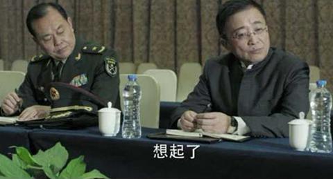 """《人民的名义》剧照,左边这位就是""""戎装常委"""",电视剧相当写实,一点瑕疵是臂章应为""""京州军区""""而非""""汉东军区""""。"""