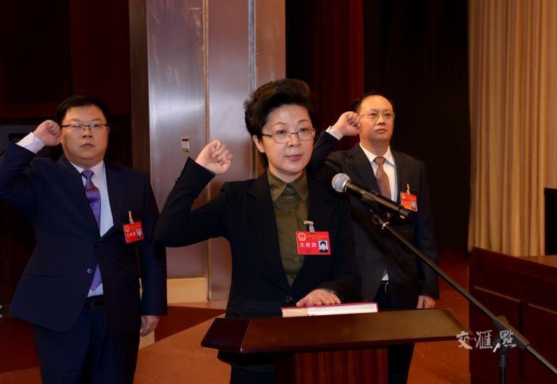 1月7日上午,在盐城市第八届人民代表大会第二次会议闭幕大会上,新当选的盐城市监察委员会主任王小红庄严宣誓。