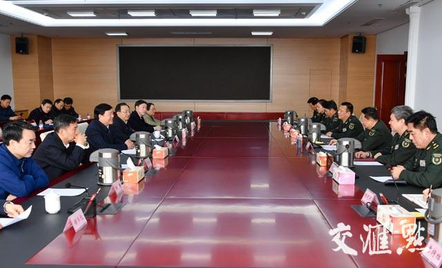 娄勤俭、吴政隆一行在南京军区善后办走访。交汇点记者 肖勇 摄