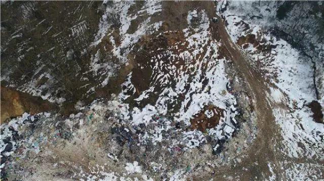 芜湖市长江经济开发区白象村一座废弃的矿坑里被倾倒了工业、医疗等垃圾。新华社记者 曹力 摄