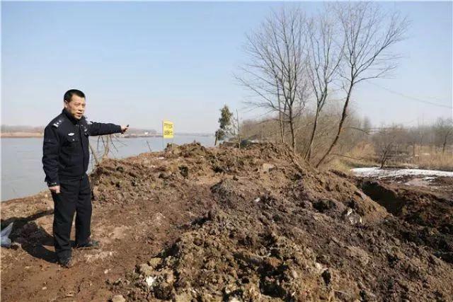 铜陵上江村的江滩上被倾倒堆积2400余吨固体废物。新华社记者 曹力 摄