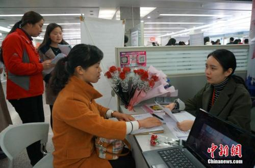 资料图:2017年3月8日,河南省人才市场举行第十五届女子专场招聘会。韩章云 摄