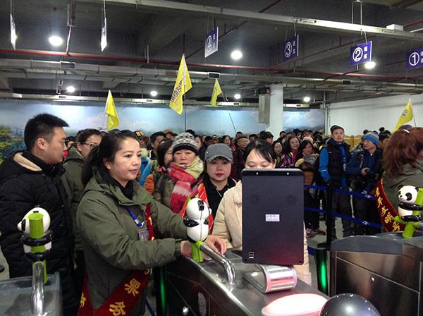 """九寨沟景区重开首日:半天已有767名游客,人人都像在""""包车游览"""""""