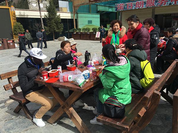 游客在诺日朗服务中心吃饭。