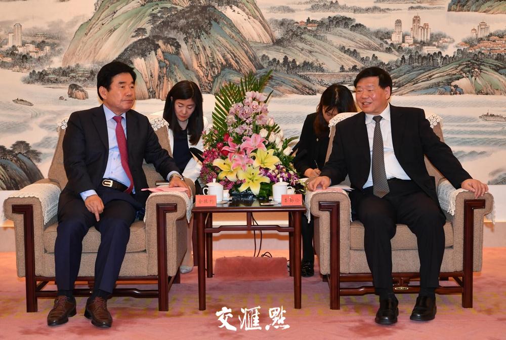 4月16日,娄勤俭在南京会见韩国前副总理金振杓一行。交汇点记者 肖勇 摄
