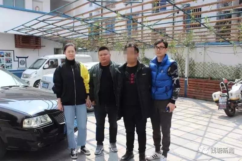 (右二为嫌犯赵某,其余3人均为办案警员)