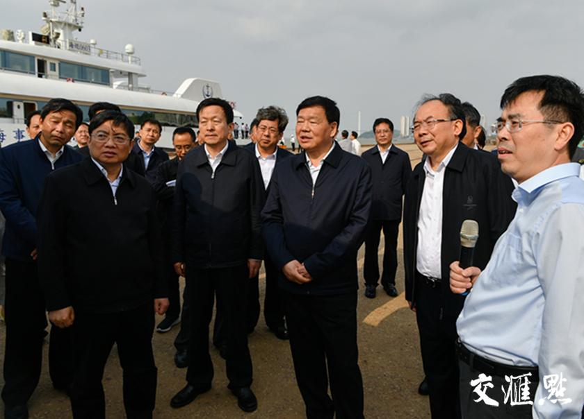 娄勤俭考察江阴港,了解长江沿线产业调整情况。交汇点记者 肖勇摄