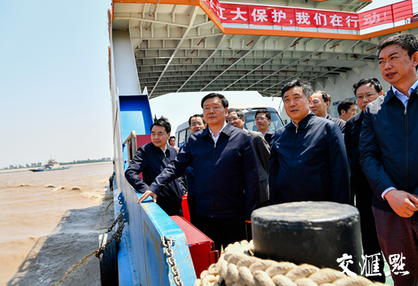 娄勤俭乘船考察长江江苏段。交汇点记者 肖勇摄