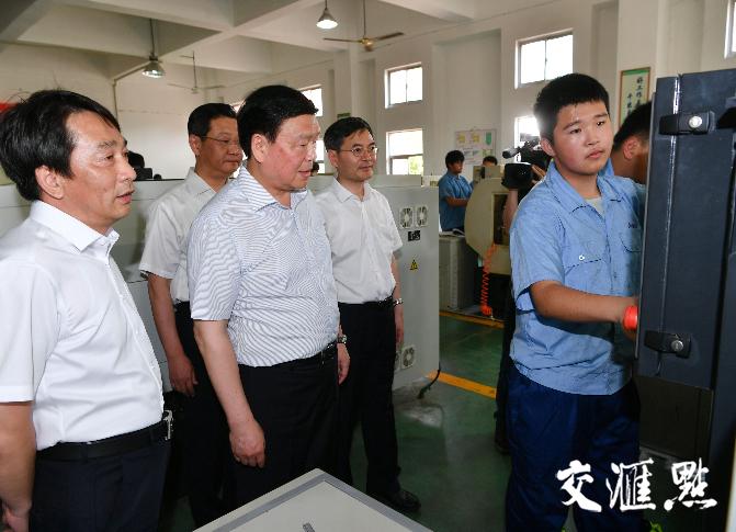 娄勤俭书记考察镇江市句容中等专业学校机电实训中心。