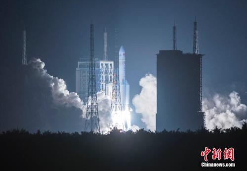 图为2016年11月3日20时43分,中国最大推力新一代运载火箭长征五号,在中国文昌航天发射场点火升空。