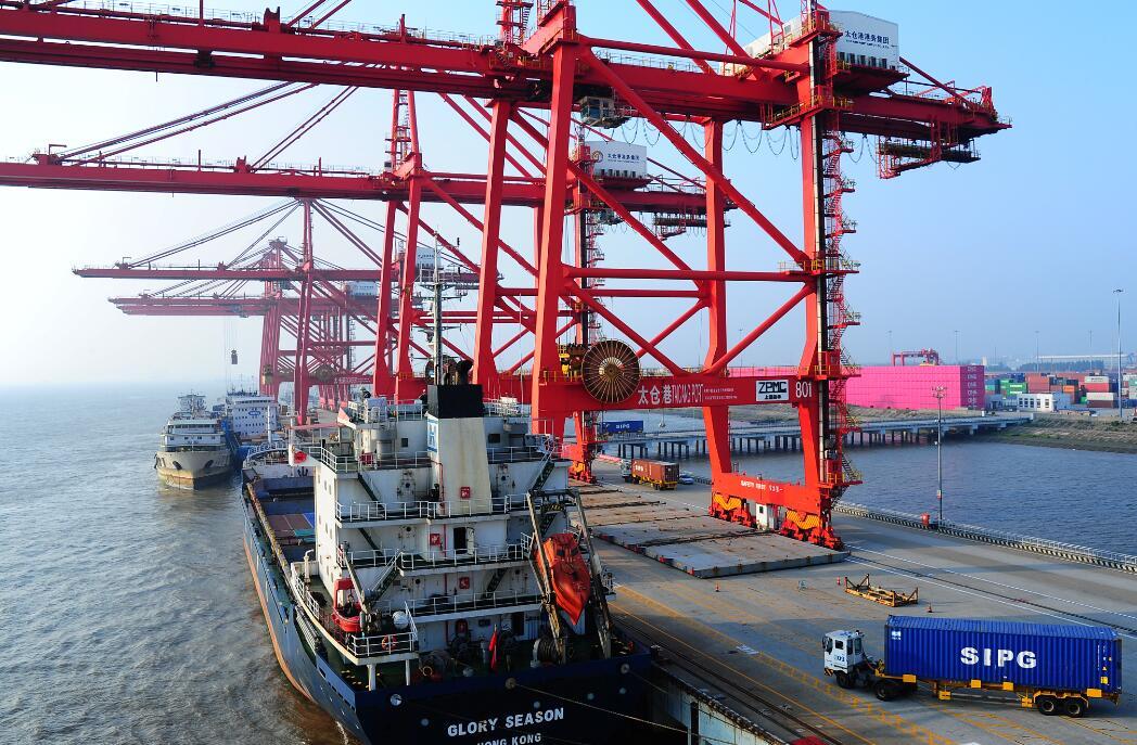 资料图:2018-09-22,太仓港集装箱码头一派繁忙景象。今年5月份,太仓港集装箱吞吐量达44.3万标箱,增长15.8%,增幅位于全国主要港口前列。计海新 摄 视觉江苏网供图