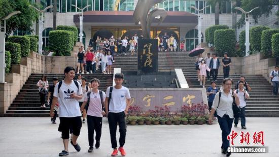 资料图:高考结束,考生轻松走出考场。中新社记者 俞靖 摄