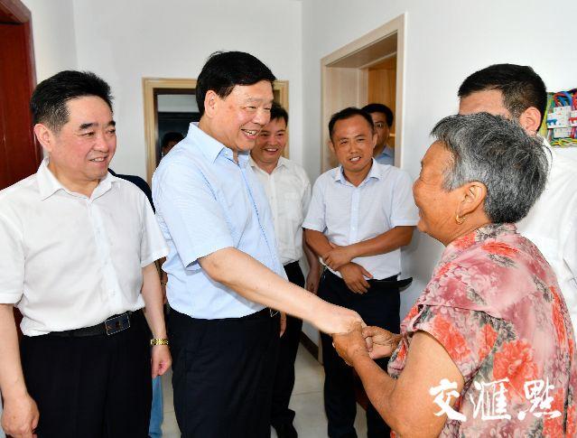 娄勤俭考察沭阳县钱集镇效佐村,了解特困户搬迁后的生活状况。
