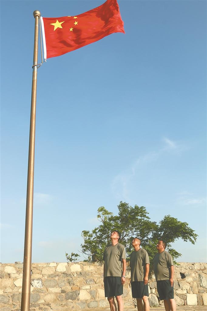 值班队员举行升国旗仪式。吴晨光 王志坚摄 视觉江苏网供图