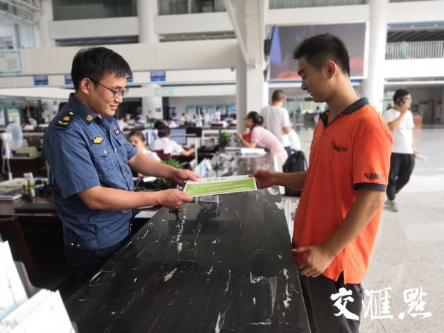 审批结果将通过快递送达至申请人手中。摄于南京江北新区政务服务中心