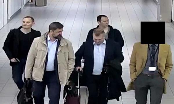 四人在阿姆斯特丹史基浦机场被拍到。图片来源:荷兰国防部