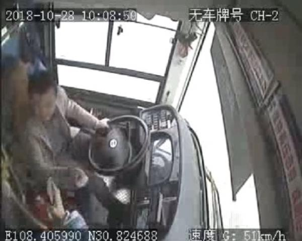 这是11月2日重庆万州公交车坠江事故原因新闻通气会上公布的坠江公交车监控录像截图。 新华社 图