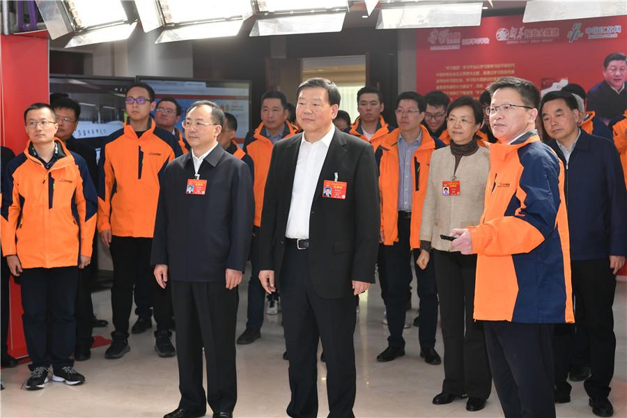 省委书记娄勤俭看望新华报业传媒集团报道全国两会的新闻工作者