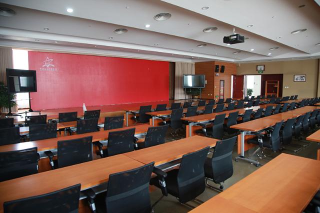 這是陜甘寧革命老區脫貧致富座談會召開地——延安干部學院1號會議室。當天的會議從下午5點一直開到將近晚上8點。