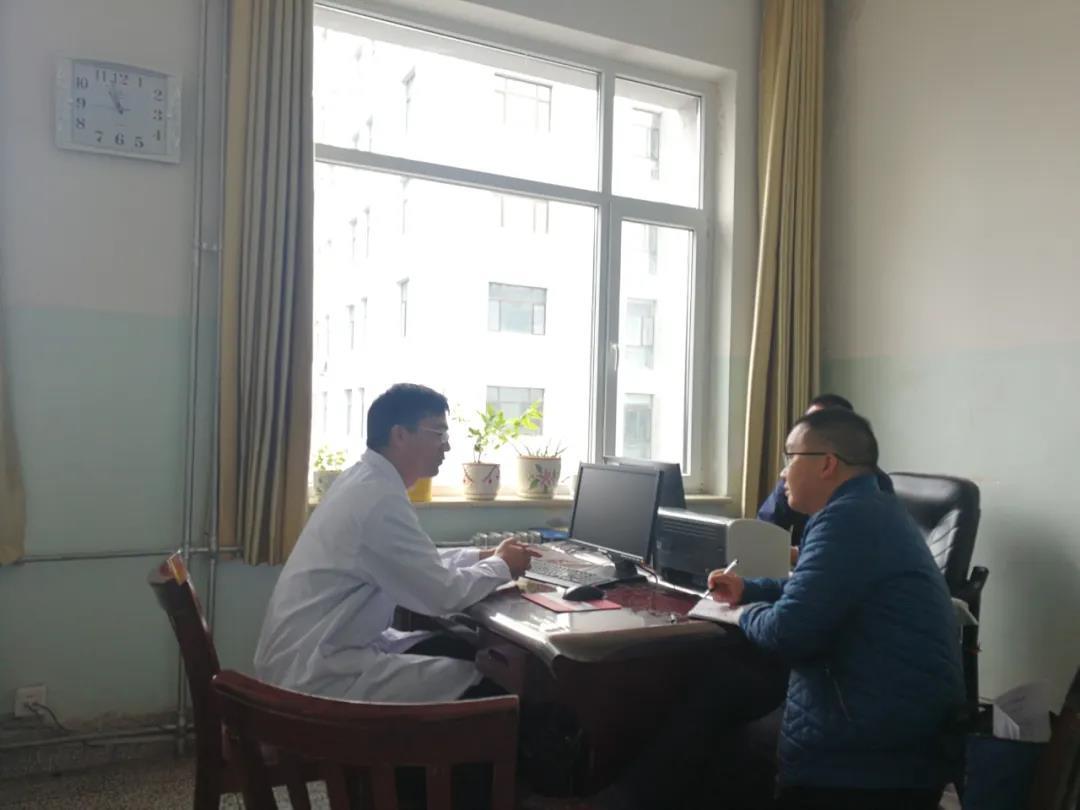 """图为李强(左)接受1号君""""大飛""""(右)采访。"""