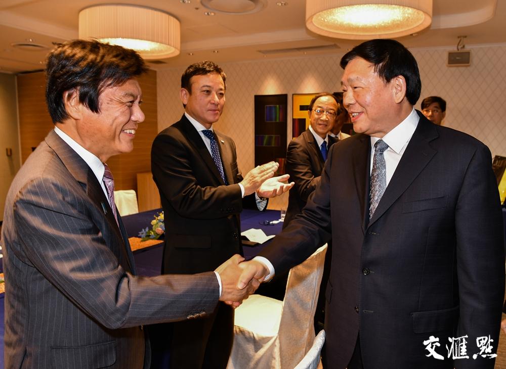 娄勤俭会晤福冈县知事小川洋和议长栗原涉。交汇点记者 肖勇 摄