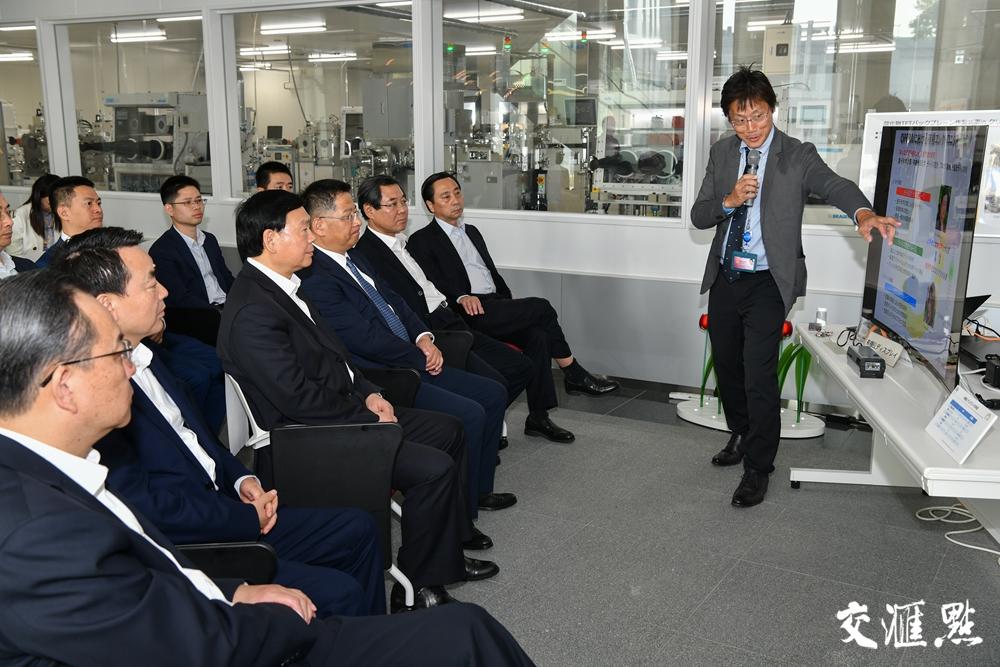 娄勤俭考察九州大学最先端有机光电子研究中心。交汇点记者 肖勇 摄
