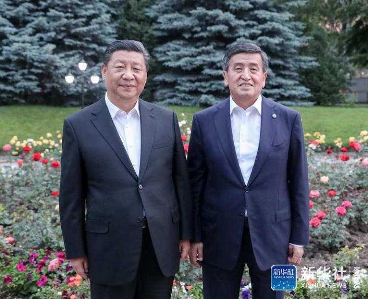 ↑6月12日,甫抵比什凯克的国家主席习近平,应吉尔吉斯斯坦总统热恩别科夫邀请,来到总统官邸。两国元首亲切会见。新华社记者 姚大伟 摄