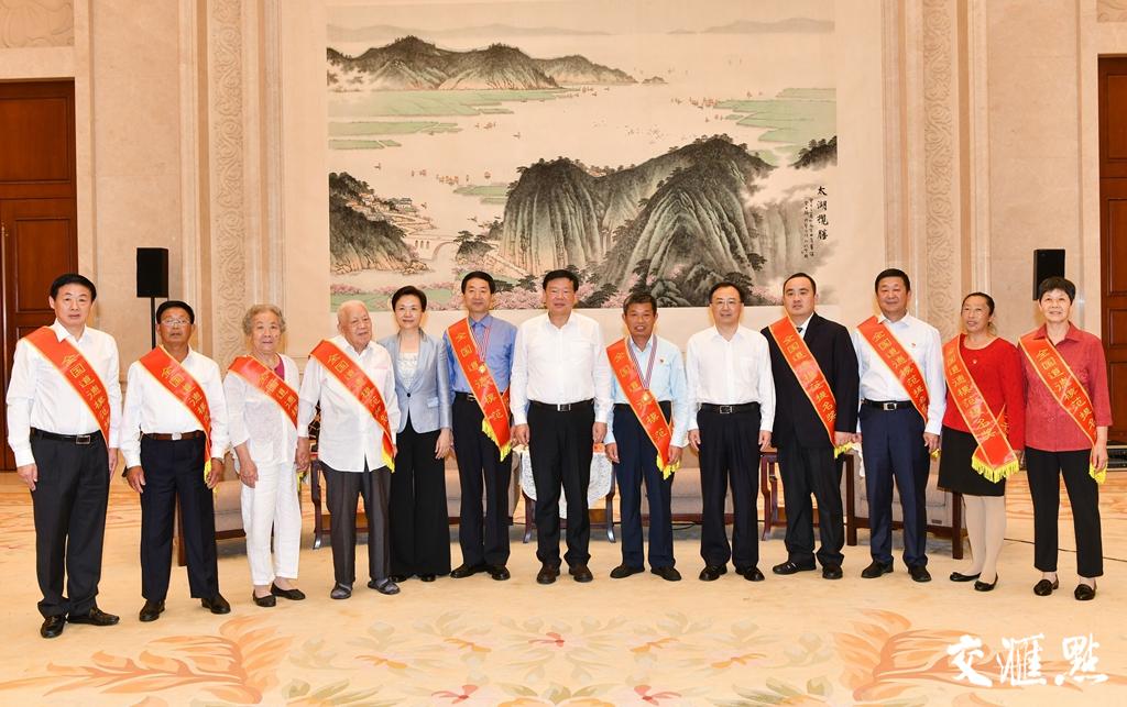 9月6日,娄勤俭、吴政隆会见江苏第七届全国道德模范和提名奖获得者。交汇点记者  肖勇 摄