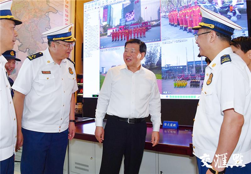 省委书记娄勤俭考察南京市消防救援支队。交汇点记者 张筠 摄