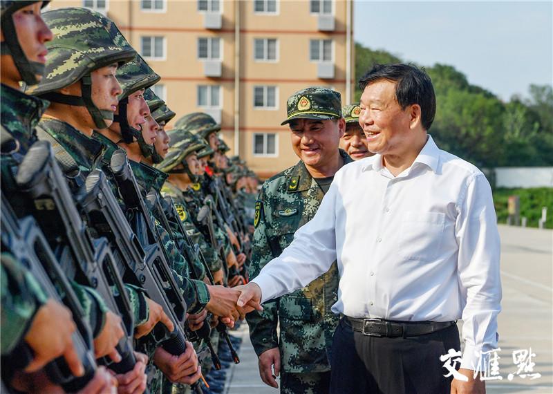 省委书记娄勤俭看望武警南京支队机动大队官兵。交汇点记者 张筠 摄