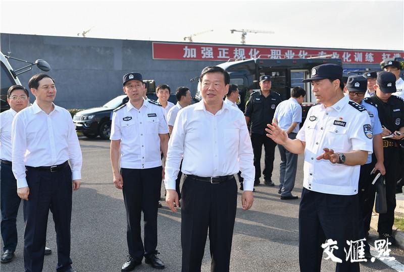 省委书记娄勤俭考察南京市公安局特警训练基地。交汇点记者 张筠 摄