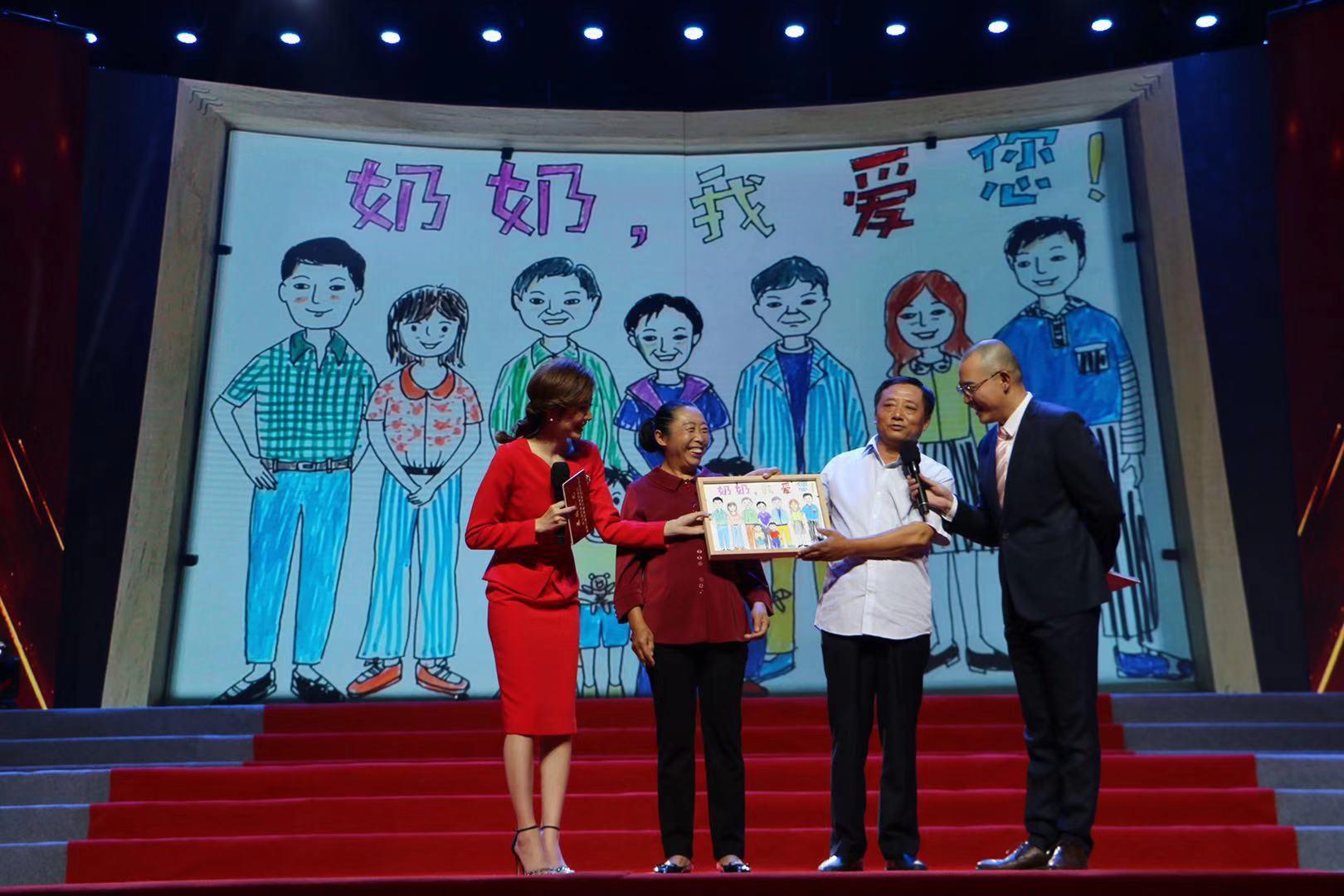 """""""奶奶,我爱您!""""刘宏燕脸上洋溢着幸福的笑容"""