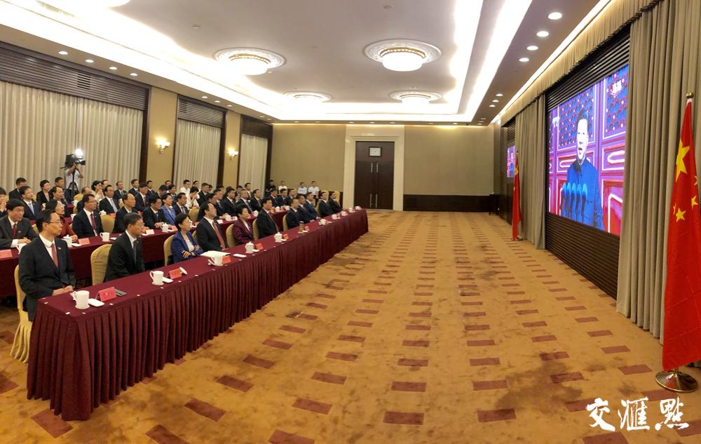 娄勤俭吴政隆等集中收看庆祝中华人民共和国成立70周年大会实况直播。交汇点记者 肖勇 摄
