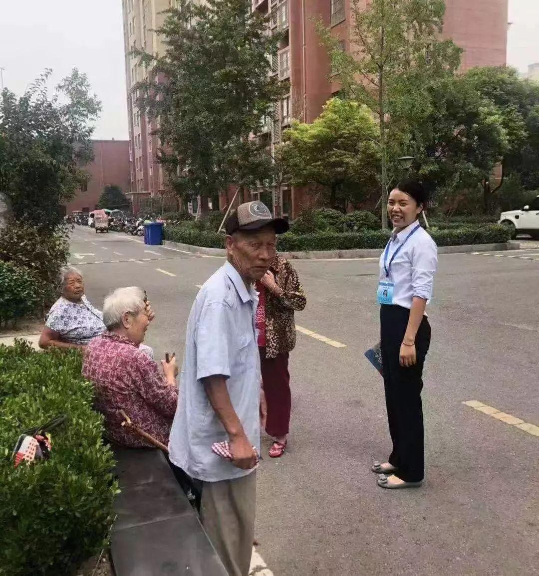 图为徐州市泉山区网格员在进行网格巡查工作