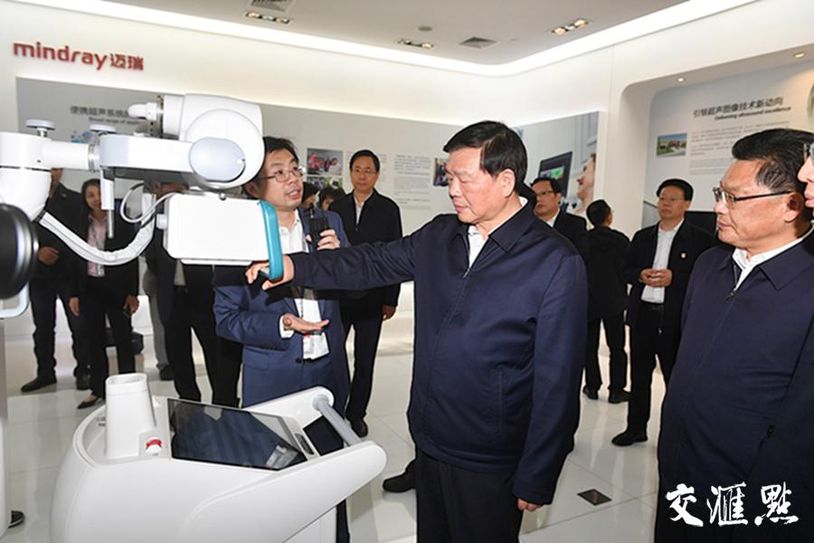 江苏省党政代表团一行参观迈瑞生物医疗电子股份有限公司。交汇点记者 邵丹 摄