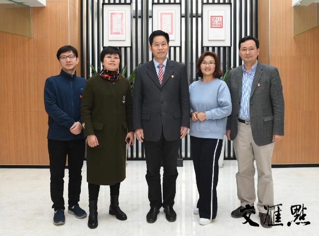 新華日報·交匯點采訪團隊與南京醫科大學黨委書記王長青合影