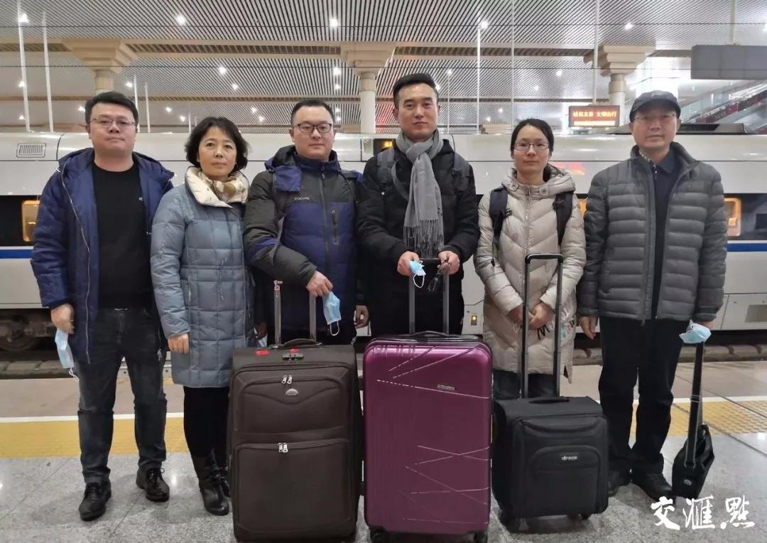 徐辉为市中医院援助武汉医疗队队员送行