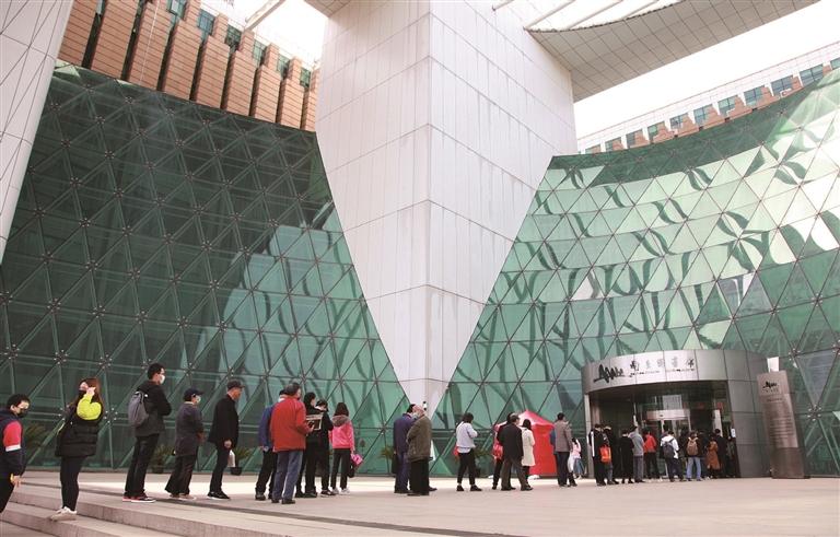 昨日,南京图书馆在做好新冠肺炎疫情防控工作的前提下恢复开放,读者需要通过在线预约入馆。图为读者有序排队进入。 刘建华摄