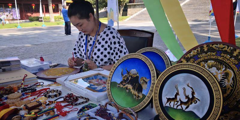 """在南京市博物馆启幕为期2个月的""""幸福西宁·艺韵湟中""""非遗手工艺品展,66件极具湟中特色的非遗手工艺作品远赴南京展览 。"""