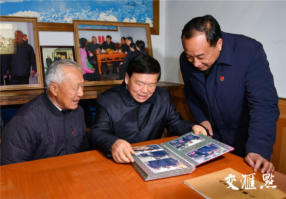 在镇江市丹徒区世业镇永茂圩,村民洪家勇向娄勤俭书记介绍当年习近平总书记来到他家时的情形。肖勇/摄