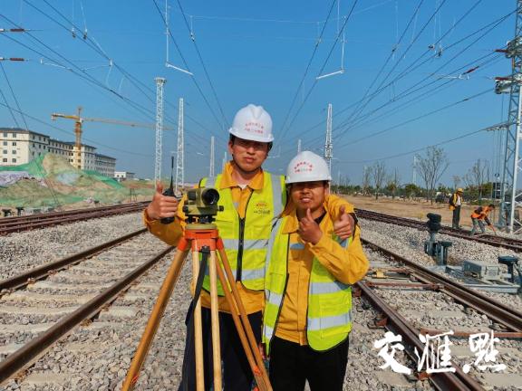 南通动车所测量员帖鑫(左)、夏进文(右)
