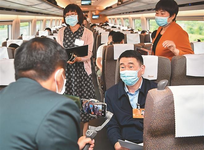 """江苏省代表昨天已提前进入""""两会时间"""",在高铁上、在驻地,都能看到代表忙碌的身影。 新华报业全媒体记者 肖勇 摄"""