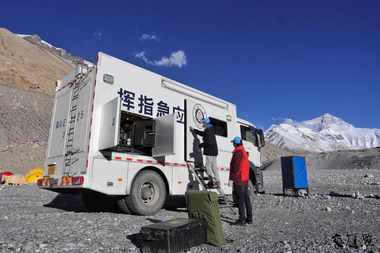 工作人员在珠峰大本营安装调试气象应急车