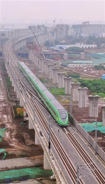"""5月26日,""""绿巨人""""版复兴号动车组在通沪铁路上试跑。 许丛军摄 视觉江苏网供图"""