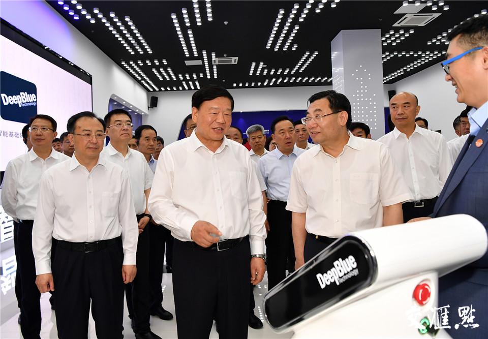 19日,陕西省党政代表团考察深兰人工智能芯片研究院(江苏)有限公司。