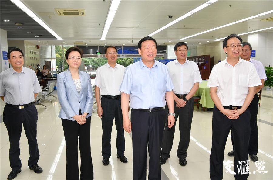 娄勤俭视频连线高考阅卷现场,代表省委省政府向阅卷老师表示慰问。