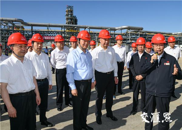 江苏省党政代表团考察靖边煤油气资源综合利用一期填平补齐项目。