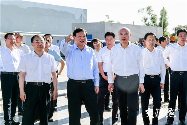 江苏省党政代表团在靖边县新能源产业园区考察。